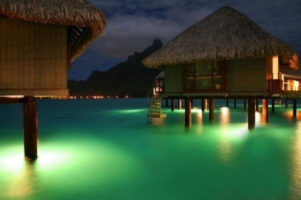 Бунгало на Бора-Бора с ночной подсветкой