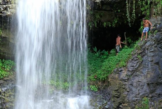 Водопад на Бора-Бора