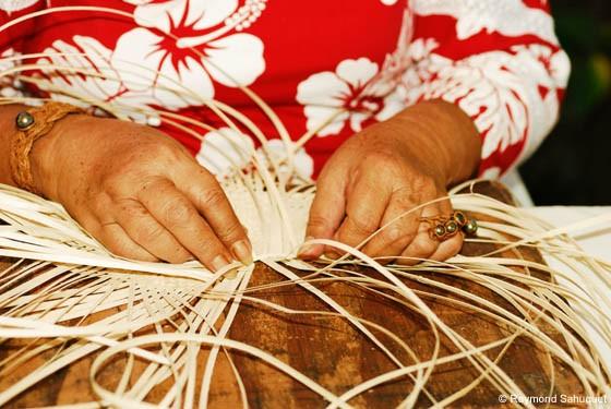 Народные промыслы на Бора-Бора - плетение шляп и корзин