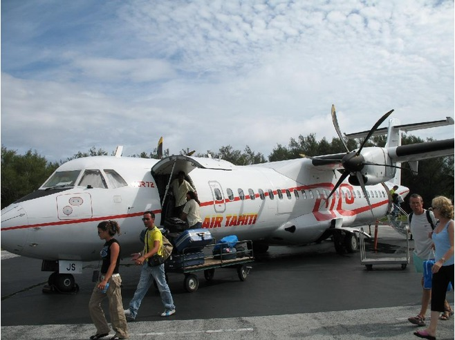 Самолет компании Air Tahiti прибыл на Бора-Бора
