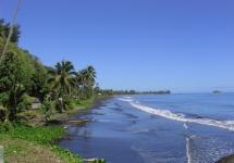 Черный песок на пляже Таити.