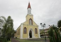 Здание католической церкви в центре Папеэтэ, Французская Полинезия.