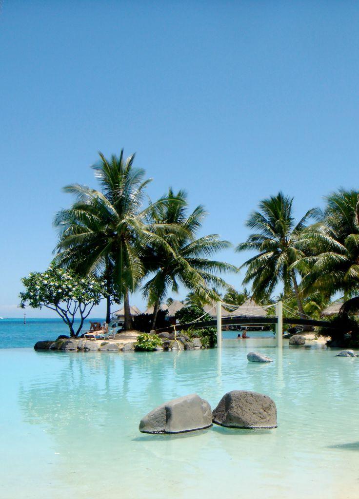 Пейзажный бассейн с видом на Тихий океан на Таити.